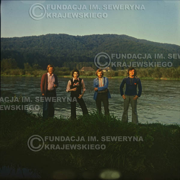 # 1509 - 1974r. sesja zdjęciowa w Sanoku. Czerwone Gitary w składzie: Bernard Dornowski, Seweryn Krajewski, Ryszard Kaczmarek, Jerzy Skrzypczyk.