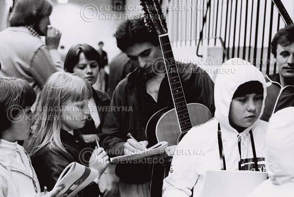 # 1527 - 1980 Międzynarodowy Festiwal Piosenki w Sopocie, Seweryn Krajewski rozdaje autografy.