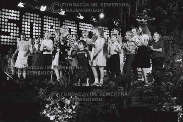 # 1541 - Maryla Rodowicz z dziećmi na scenie Opery Leśnej. 1984r. Międzynarodowy Festiwal Piosenki w Sopocie.