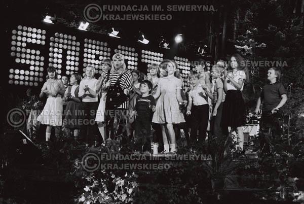 # 1543 - Maryla Rodowicz z dziećmi na scenie Opery Leśnej. 1984r. Międzynarodowy Festiwal Piosenki w Sopocie.
