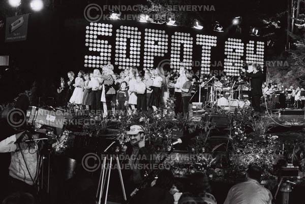 # 1546 - Maryla Rodowicz z dziećmi na scenie Opery Leśnej. 1984r. Międzynarodowy Festiwal Piosenki w Sopocie.