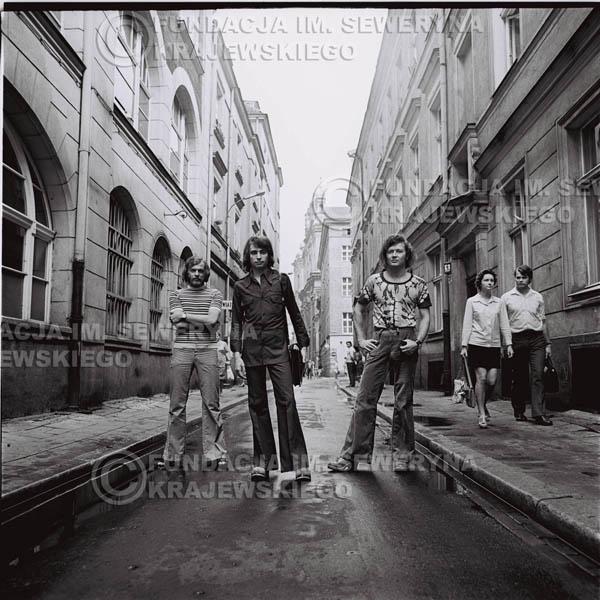 # 1571 - 1973r. Poznań, sesja zdjęciowa na Starówce. Czerwone Gitary w składzie: Bernard Dornowski, Seweryn Krajewski, Jerzy Skrzypczyk.