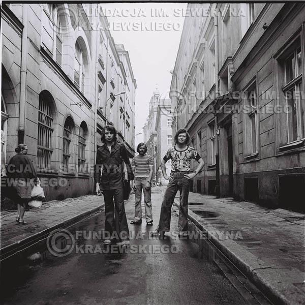 # 1572 - 1973r. Poznań, sesja zdjęciowa na Starówce. Czerwone Gitary w składzie: Bernard Dornowski, Seweryn Krajewski, Jerzy Skrzypczyk.