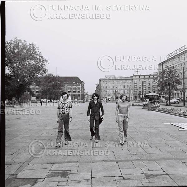 # 1580 - 1973r. sesja zdjęciowa na ulicach Poznania. Czerwone Gitary w składzie: Jerzy Skrzypczyk, Bernard Dornowski, Seweryn Krajewski.