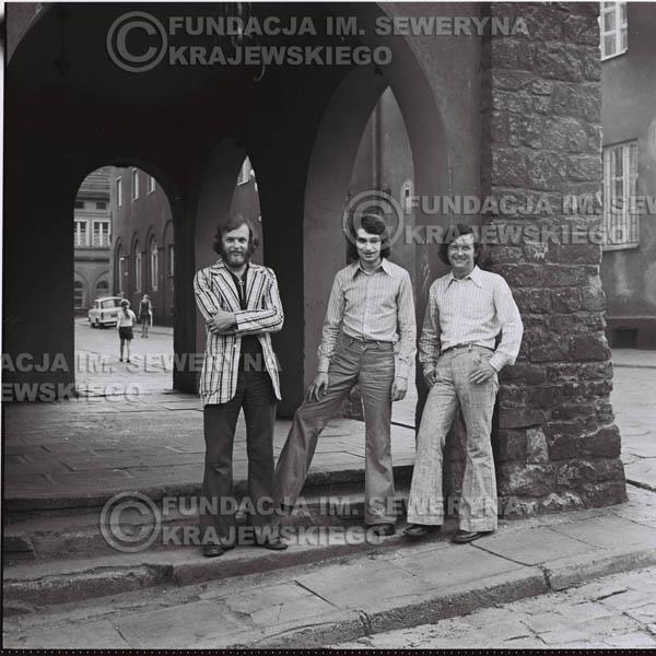 # 1584 - 1973r. sesja zdjęciowa na ulicach Poznania i w księgarni. Czerwone Gitary w składzie: Jerzy Skrzypczyk, Bernard Dornowski, Seweryn Krajewski.