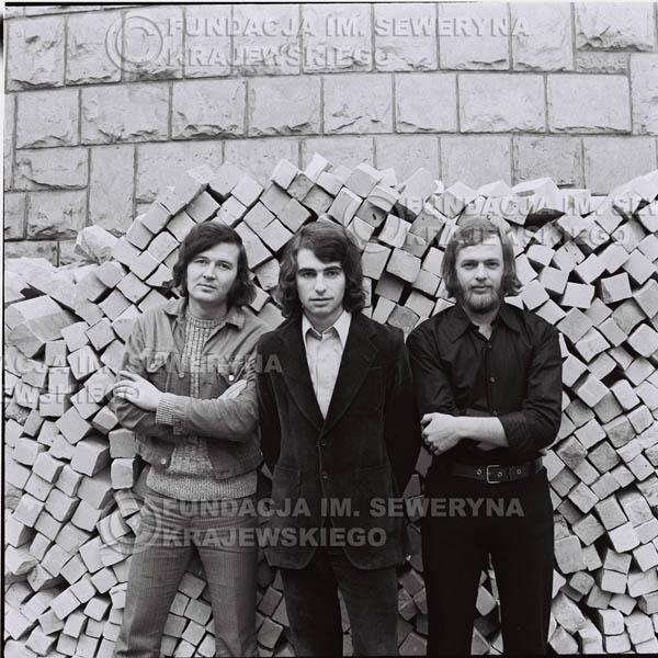 # 1604 - 1973r. Katowice na tyłach Hali Widowiskowo-Sportowej 'Spodek', od lewej: Bernard Dornowski, Seweryn Krajewski, Jerzy Skrzypczyk.