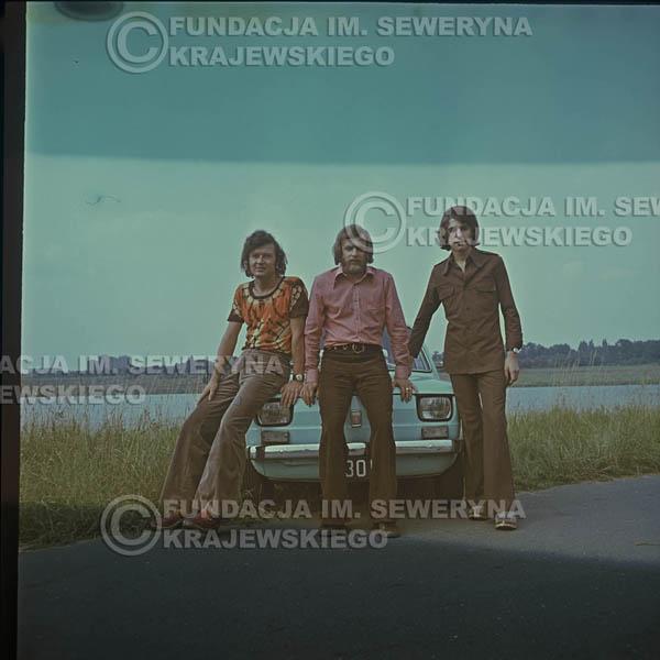# 1641 - Poznań 1974 rok- Czerwone Gitary (w składzie: Seweryn Krajewski, Bernard Dornowski, Jerzy Skrzypczyk) z Fiatem 126p nad Jeziorem Malta, ówczesna propozycja reklamowa, która jednak nie doszła do skutku. Powstała nawet piosenka o małym polskim Fiacie