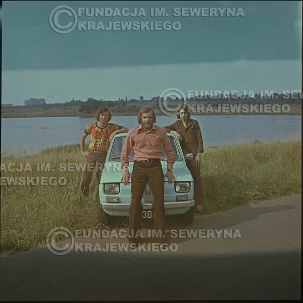 # 1643 - Poznań 1974 rok- Czerwone Gitary (w składzie: Seweryn Krajewski, Bernard Dornowski, Jerzy Skrzypczyk) z Fiatem 126p nad Jeziorem Malta, ówczesna propozycja reklamowa, która jednak nie doszła do skutku. Powstała nawet piosenka o małym polskim Fiacie