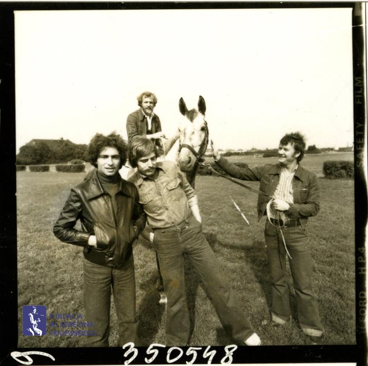 # 1649 - 1977 r. - Czerwone Gitary z Janem Pospieszalskim na terenie wyścigów konnych