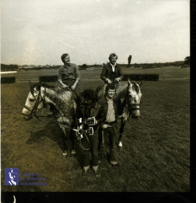# 1651 - 1977 r. - Czerwone Gitary z Janem Pospieszalskim na terenie wyścigów konnych