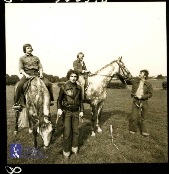 # 1653 - 1977 r. - Czerwone Gitary z Janem Pospieszalskim na terenie wyścigów konnych