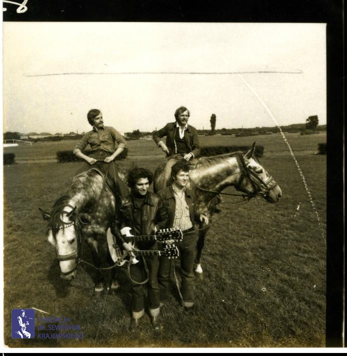# 1655 - 1977 r. - Czerwone Gitary z Janem Pospieszalskim na terenie wyścigów konnych