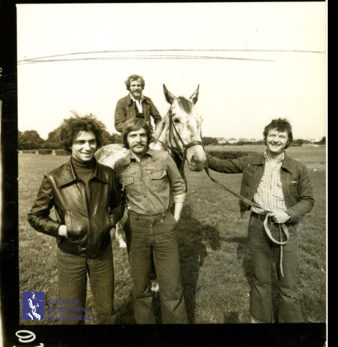 # 1658 - 1977 r. - Czerwone Gitary z Janem Pospieszalskim na terenie wyścigów konnych