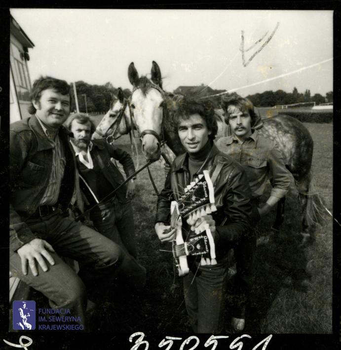 # 1660 - 1977 r. - Czerwone Gitary z Janem Pospieszalskim na terenie wyścigów konnych