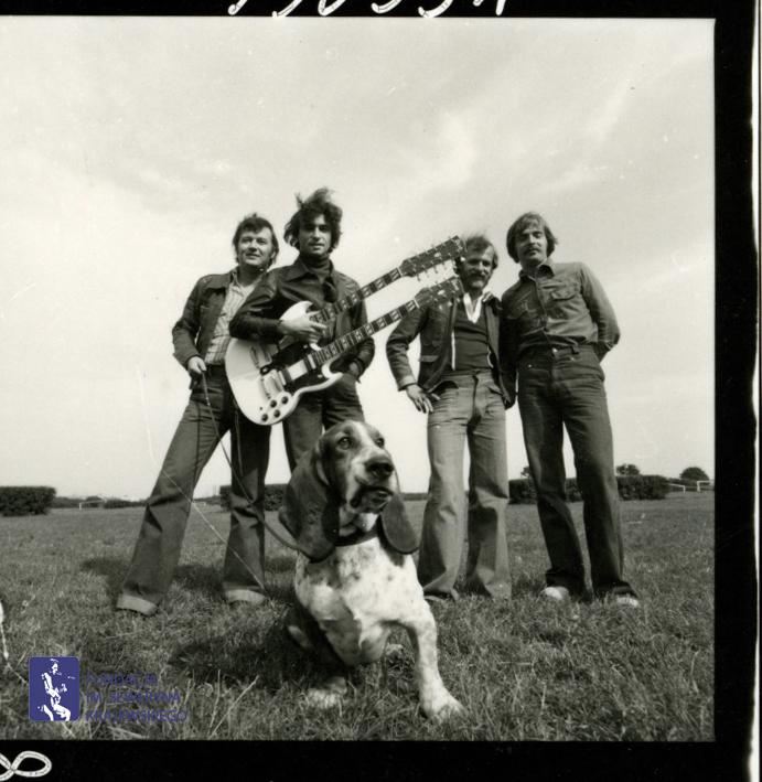 # 1665 - 1977 r. - Czerwone Gitary z Janem Pospieszalskim na terenie wyścigów konnych