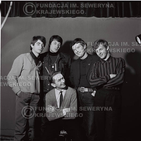 # 223 - Czerwone Gitary z Henrykiem Korzeniewskim (ówczesnym kierownikiem administracyjnym grupy), sesja zdjęciowa do okładki płyty pt: 'Czerwone Gitary 2' 1966r.