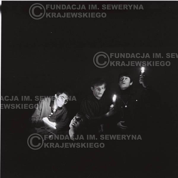 # 284 - Sesja zdjęciowa do okładki płyty pt: 'Czerwone Gitary śpiewają kolędy' 1966r.