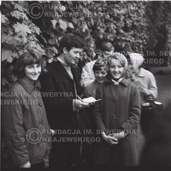 # 308 - Czerwone Gitary, spotkanie z fankami, Park Oliwski 1967r.