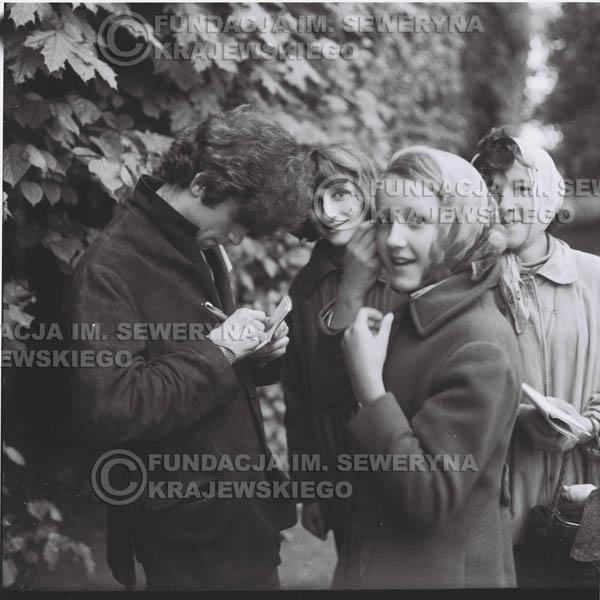 # 314 - Czerwone Gitary, spotkanie z fankami, Park Oliwski 1967r.na pierwszym planie Seweryn Krajewski