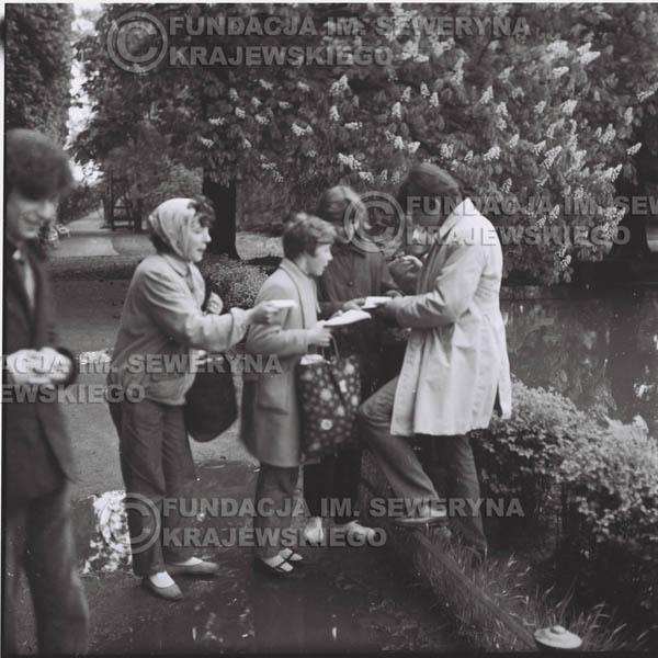 # 319 - Czerwone Gitary, spotkanie z fankami, Park Oliwski 1967r. Seweryn Krajewski, Krzysztof Klenczon