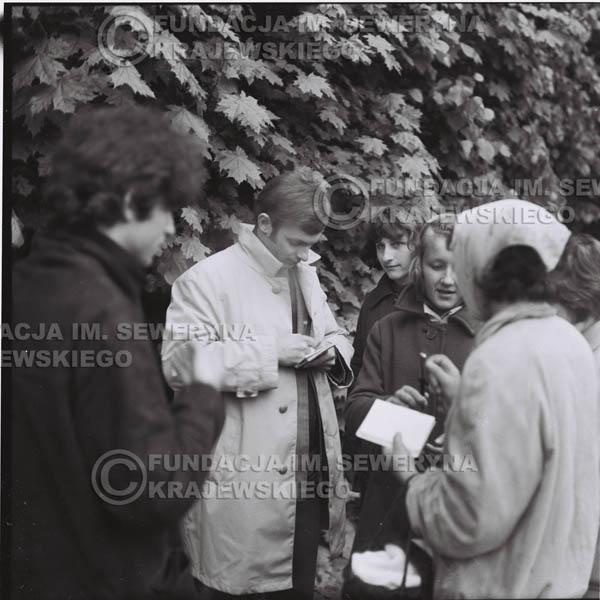 # 321 - Czerwone Gitary, spotkanie z fankami, Park Oliwski 1967r. Seweryn Krajewski, Jerzy Skrzypczyk