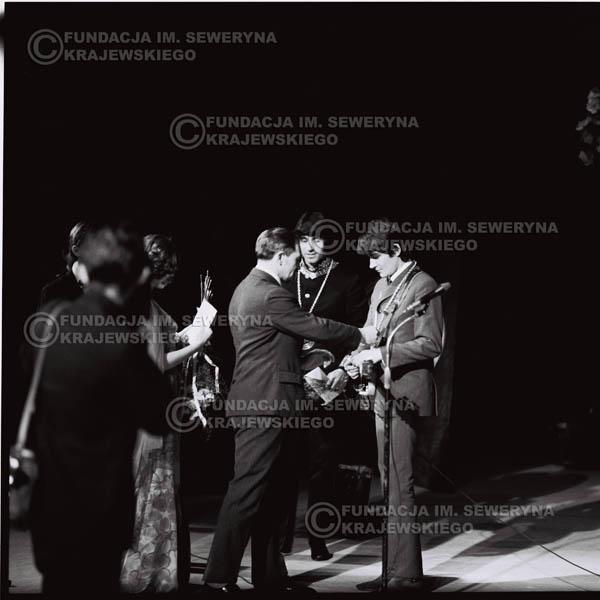 # 540 - 1968r. kwiecień,  Musicorama (powstała z inicjatywy Franciszka Walickiego) Sala Kongresowa w Pałacu Kultury i Nauki w Warszawie.  Od lewej: Czesław Niemen, Krzysztof Klenczon,  Franciszek Pukacki  (ówczesny dyrektor Polskich Nagrań) wręcza nagrodę za  Zło
