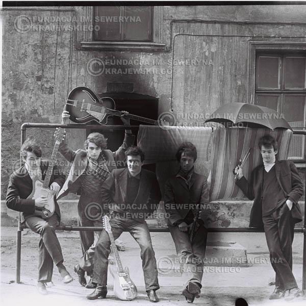 # 547 - 1966r. 'Czerwone Gitary', Łódź. Zdjęcie z sesji do okładki pierwszego longpleya 'Czerwonych Gitar' pod tytułem  'To Właśnie My'.