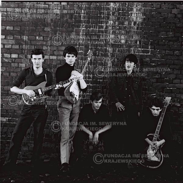 # 557 - 1966r. 'Czerwone Gitary', Łódź. Zdjęcie z sesji do okładki pierwszego longpleya 'Czerwonych Gitar' pod tytułem  'To Właśnie My'.