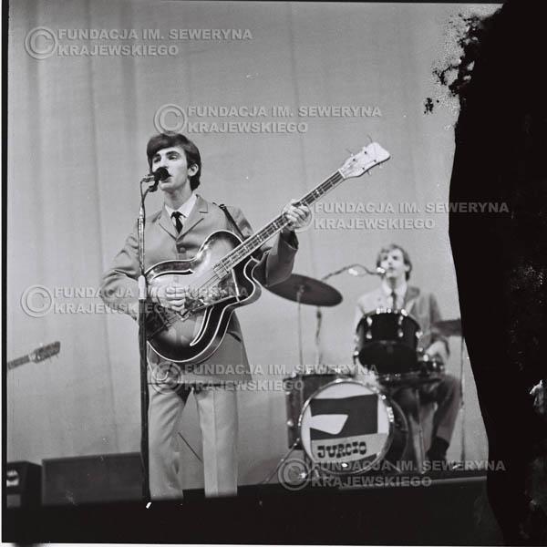 # 566 - Koncert 'Czerwonych Gitar' 1966r. w Elblągu. Na pierwszym planie Seweryn Krajewski.