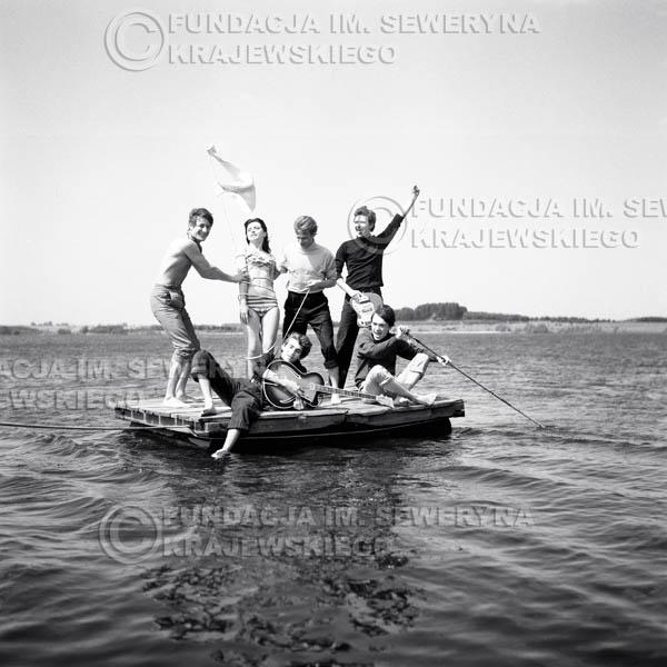 # 56 - Czerwone Gitary 1966r. (Na tratwie z modelką)Od lewej   Krzysztof Klenczon,  Seweryn Krajewski, Jerzy Skrzypczyk, Bernard Dornowski, Jerzy Kossela