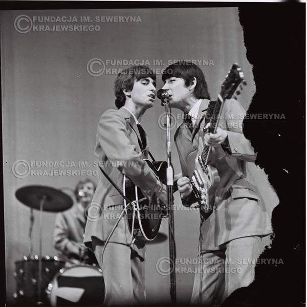# 572 - Koncert 'Czerwonych Gitar' 1966r. w Elblągu. Na pierwszym planie Seweryn Krajewski, Krzysztof Klenczon.