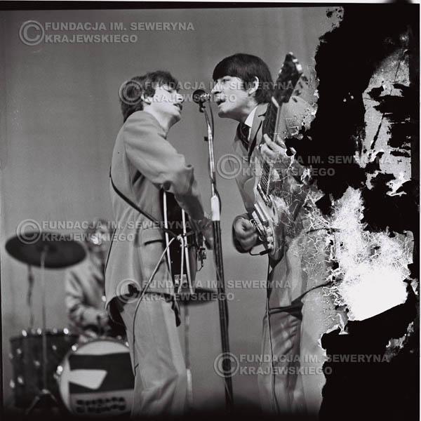 # 573 - Koncert 'Czerwonych Gitar' 1966r. w Elblągu. Na pierwszym planie Seweryn Krajewski, Krzysztof Klenczon.