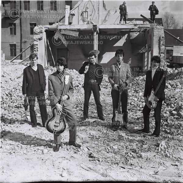 # 583 - 1966r. Czerwone Gitary, Łódź.  Zdjęcie z sesji do okładki pierwszego longpleya pod tytułem  'To Wlasnie My'.