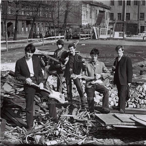 # 586 - 1966r. Czerwone Gitary, Łódź.  Zdjęcie z sesji do okładki pierwszego longpleya pod tytułem  'To Wlasnie My'.