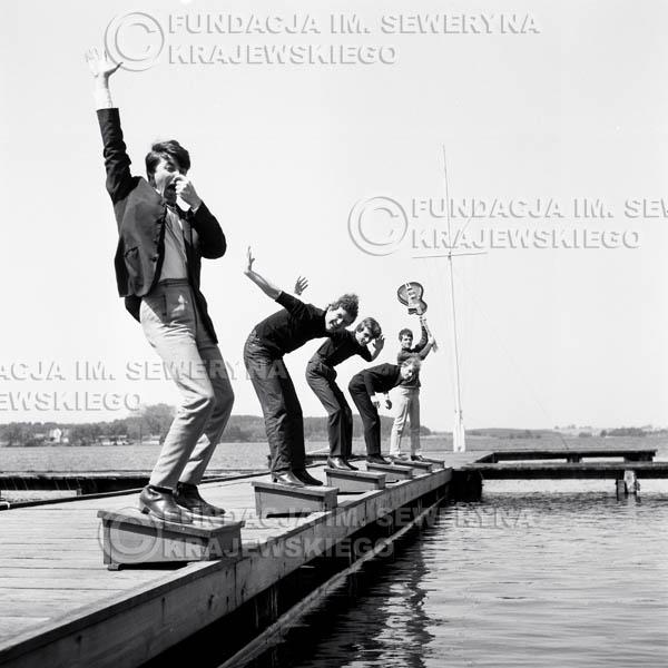 # 62 - Czerwone Gitary 1966r. (Na molo z modelką)Od lewej Krzysztof Klenczon,  Bernard Dornowski, Seweryn Krajewski, Jerzy Skrzypczyk, Jerzy Kossela