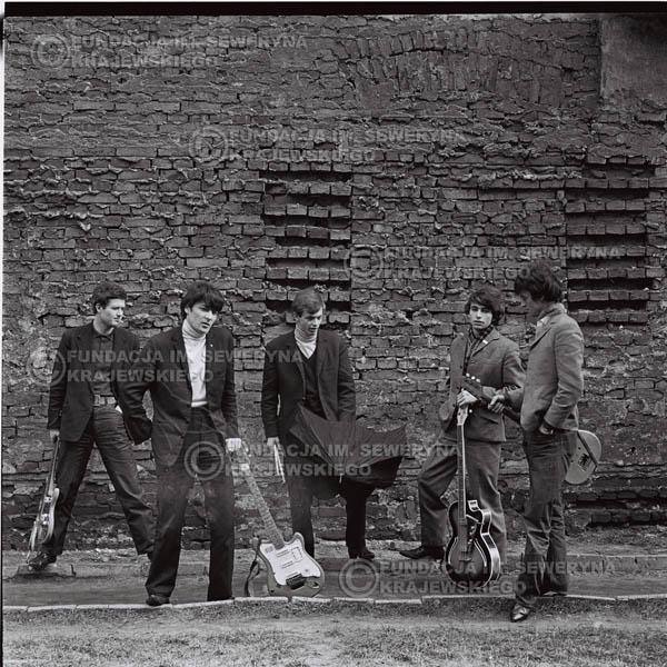# 652 - 1966r. Czerwone Gitary, Łódź.  Zdjęcie z sesji do okładki pierwszego longpleya Czerwonych Gitar pod tytułem:  'To Wlaśnie My'.