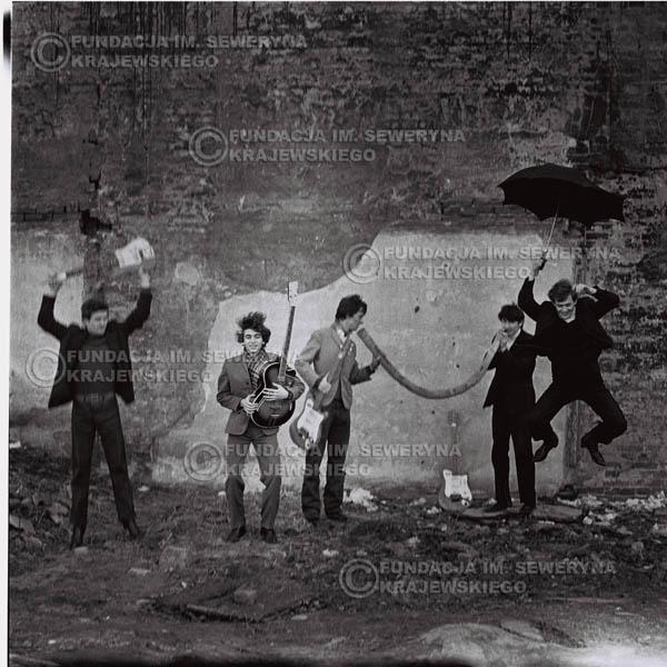 # 663 - 1966r. Czerwone Gitary, Łódź.  Zdjęcie z sesji do okładki pierwszego longpleya Czerwonych Gitar pod tytułem:  'To Wlaśnie My'.