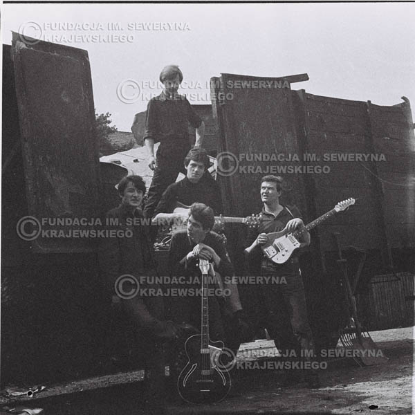 # 667 - 1966r. Czerwone Gitary, Łódź.  Zdjęcie z sesji do okładki pierwszego longpleya Czerwonych Gitar pod tytułem:  'To Wlaśnie My'.