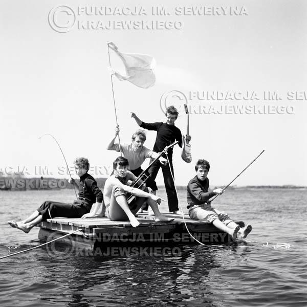 # 66 - Czerwone Gitary 1966r. (Na tratwie)Od lewej Seweryn Krajewski, Krzysztof Klenczon,  Jerzy Skrzypczyk, Bernard Dornowski,  Jerzy Kossela