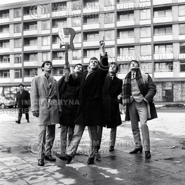 # 67 - Czerwone Gitary Warszawa Plac Treatralny 1965r. Od lewej Henryk Zomerski, Bernard Dornowski, Jerzy Skrzypczyk, Jerzy Kossela , Krzysztof Klenczon