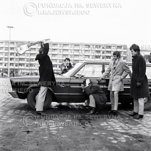 # 69 - Czerwone Gitary Warszawa Plac Treatralny 1965r. Od lewej Jerzy Skrzypczyk, Krzysztof Klenczon,  Bernard Dornowski,  Henryk Zomerski, Jerzy Kossela