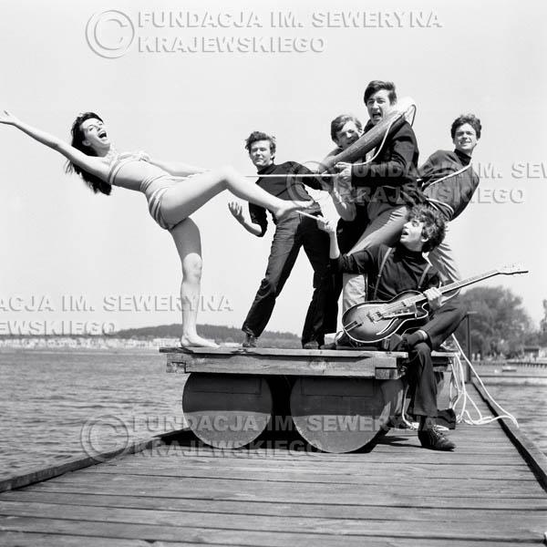 # 71 - Czerwone Gitary 1966r. (Na tratwie z modelką)Od lewej   Bernard Dornowki, Jerzy Skrzypczyk, Krzysztof Klenczon,  Jerzy Kossela, Seweryn Krajewski