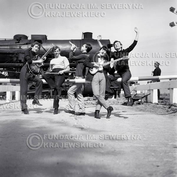 # 72 - Czerwone Gitary 1966r.(Z lokomotywą) Od Lewej Seweryn Krajewski, Jerzy Skrzypczyk, Jerzy Kossela, Krzysztof Klenczon,  Bernard Dornowski