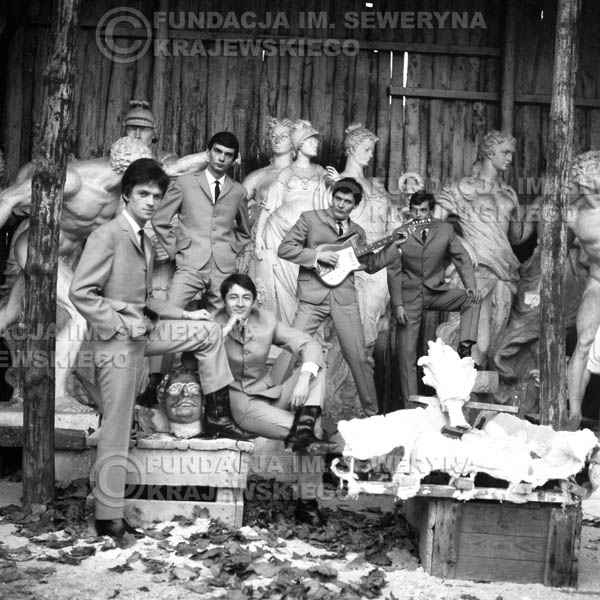 # 74 - Czerwone Gitary  1965r. Od lewej Jerzy Kossela, Henryk Zomerski, Krzysztof Klenczon,  Bernard Dornowski, Jerzy Skrzypczyk