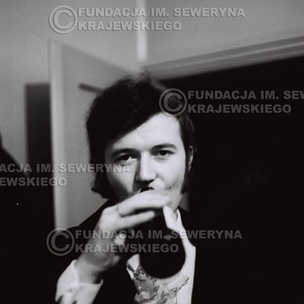 # 93 - Bernard Dornowski w garderobie, 1968 r.