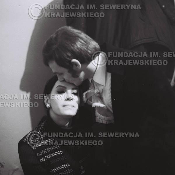 # 94 - Jerzy Skrzypczyk z narzeczoną Marylą, 1968r. w garderobie przed koncertem