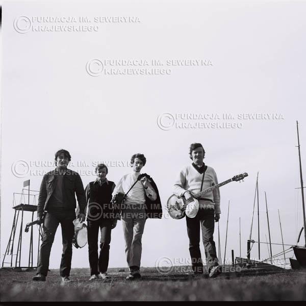 # 992 - 1969r. Zalew Zegrzyński w czasie kręcenia teledysku 'Wróćmy nad jeziora', Czerwone Gitary w składzie: Krzysztof Klenczon, Jerzy Skrzypczyk, Seweryn Krajewski, Bernard Dornowski.