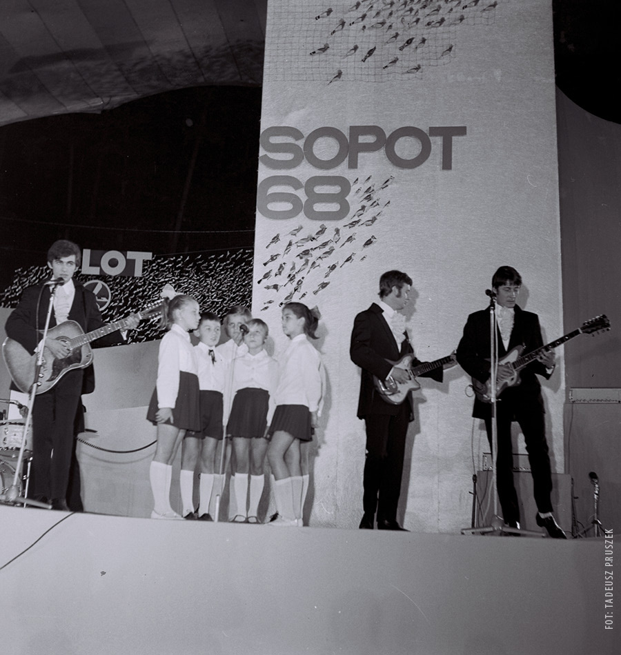 Czerwone Gitary i chór dziecięcy na scenie festiwalu w Sopocie