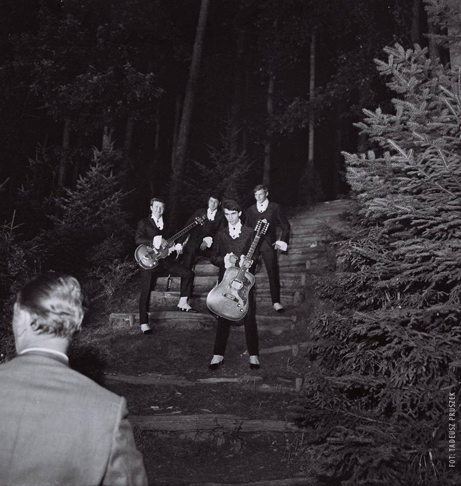 Sesja zdjęciowa po koncercie na tyłach amfiteatru